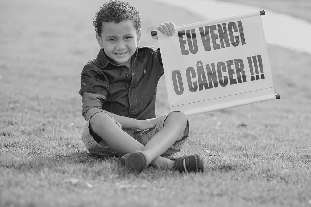 Menino de 6 anos fez ensaio fotográfico para celebrar vitória na luta contra o câncer — Foto: Jonathas Neles/Divulgação