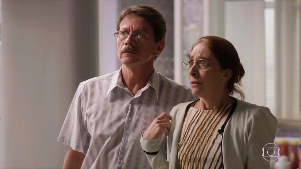 Pais de Max (Pablo Sanábio) não esperavam por revelação do filho  — Foto: TV Globo