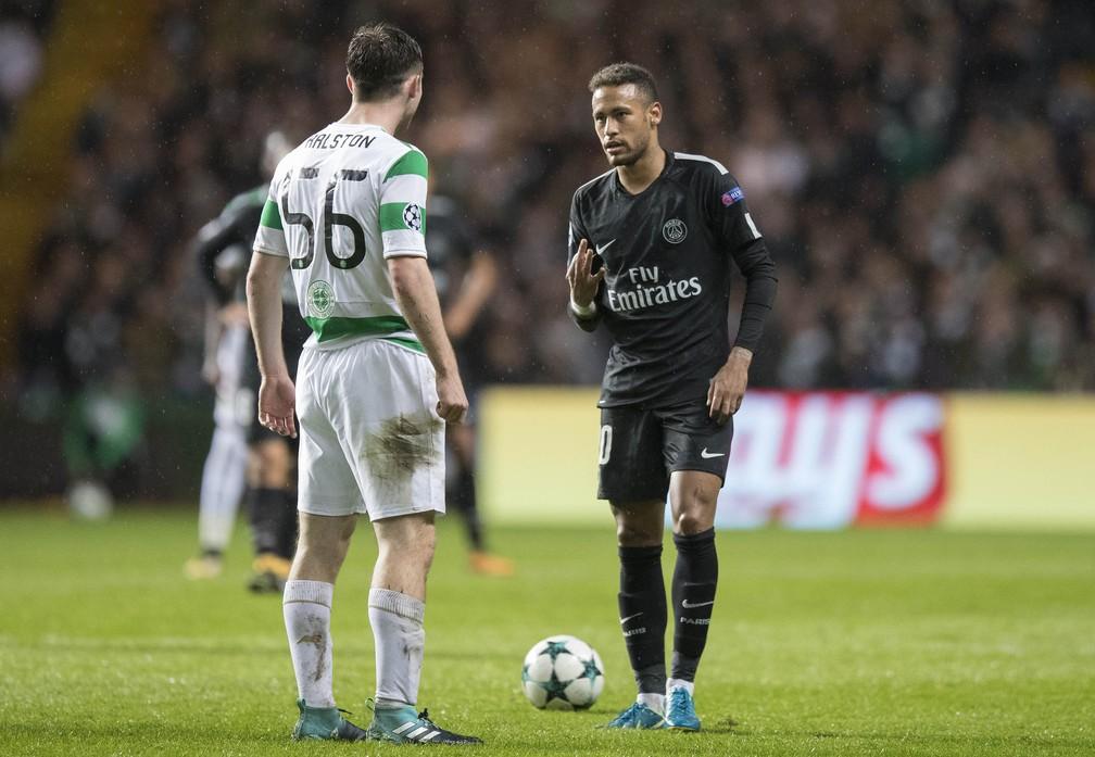 Brasileiro provocou o lateral do Celtic mostrando o placar daquele momento no jogo: 3 a 0 (Foto:  Steve Welsh/Getty Images)
