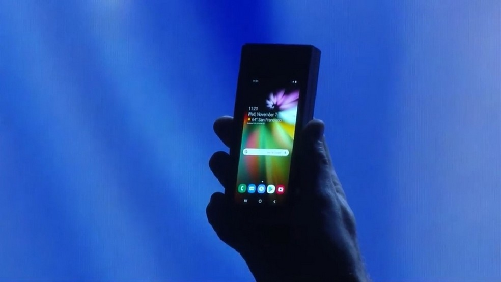 Smartphone com tela dobrável terá segundo display fixo para quando estiver fechado — Foto: Reprodução/YouTube