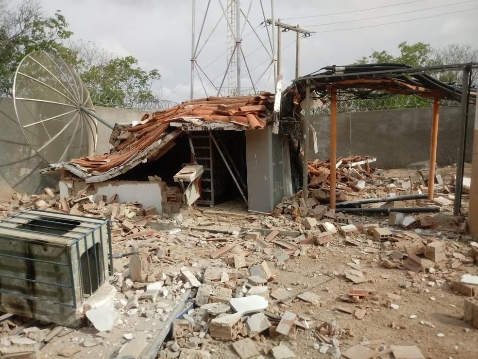 Base de telefonia foi explodida na cidade de Limoeiro do Norte, interior do Ceará — Foto: Sistema Verdes Mares