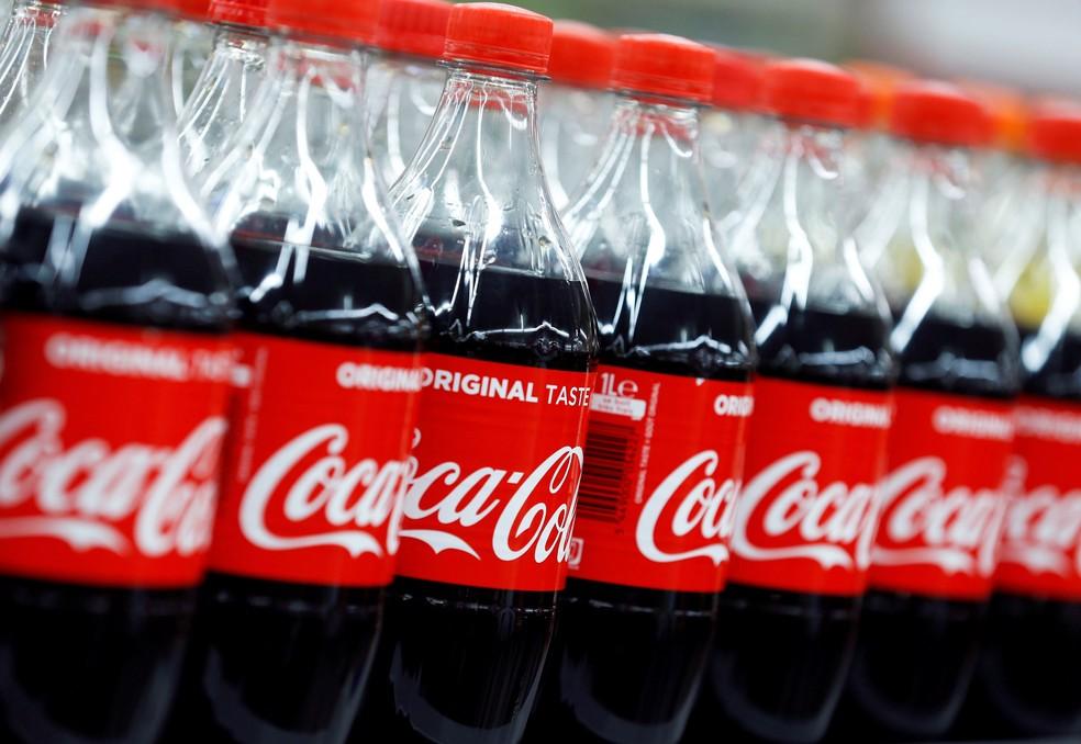 Garrafas de Coca-Cola em prateleira de supermercado. — Foto: Reuters/Regis Duvignau
