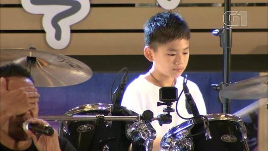 Menino cego toca bateria em show no Japão e mãe se emociona; veja vídeo