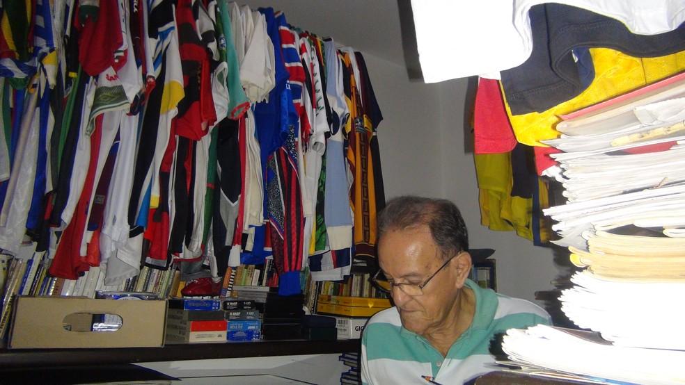 Lauthenay Perdigão registrou por anos os arquivos do Campeonato Alagoano e guardou camisas — Foto: Estéfane Padilha / Globoesporte.com