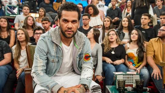 Daniel Alves revela que não sonhava em ser jogador: 'Queria ser músico, mas comprei o sonho do meu pai'