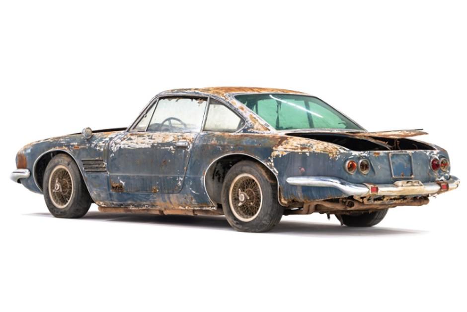 Após décadas de abandono, a ferrugem tomou conta do carro  (Foto: Divulgação)