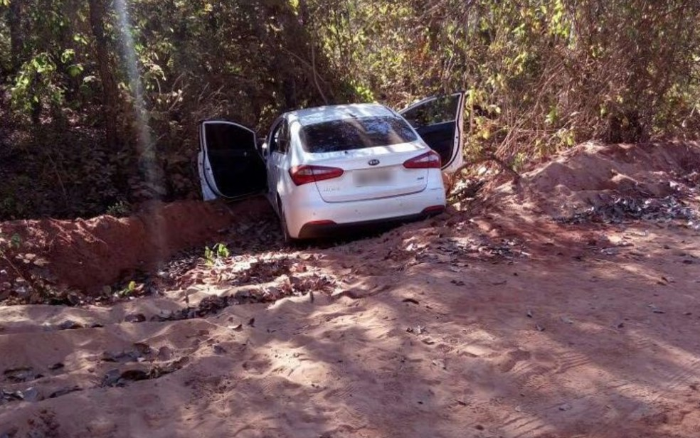 Carro da família foi encontrado em estrada vicinal de Ivolândia (Foto: Divulgação/Polícia Civil)