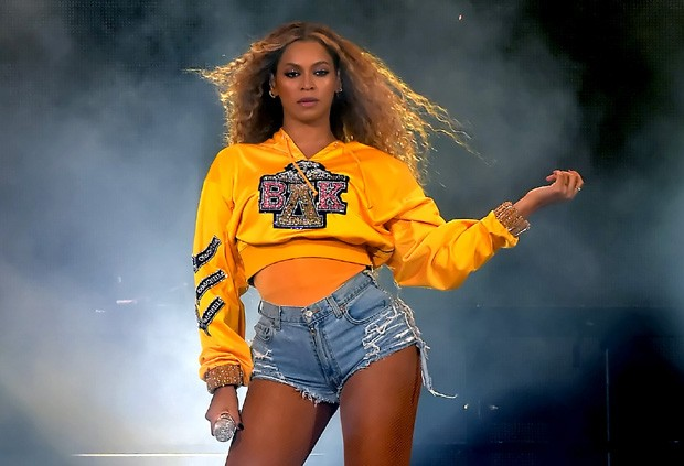 Beyoncé trocou de unhas no Coachella (Foto: Getty Images)