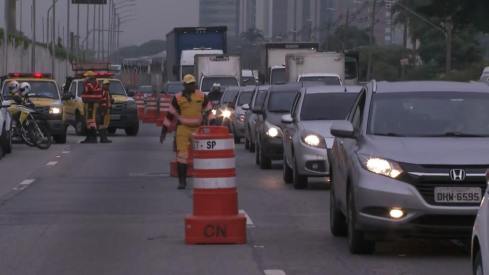 Trecho da Marginal Pinheiros ficou interditado — Foto: Reprodução/TV Globo