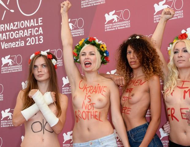 Oksana Shachko (primeira à esq.) em protesto com outras ativistas do FEMEN (Foto: Getty Images)