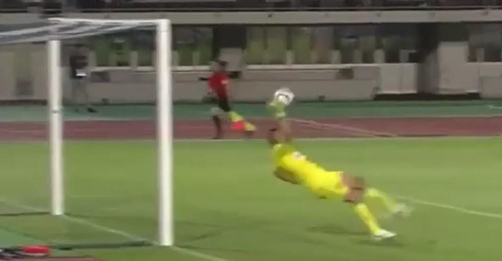 Alex Muralha falha em jogo do Campeonato Japonês (Foto: Reprodução / Twitter)