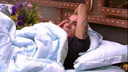 Ayrton fica em silêncio, na cama do Quarto Submarino