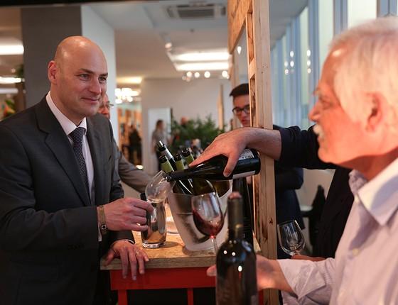Dirceu Viana (à esq.) afirma que seu único hobby diário é ir à academia — não degustar vinhos (Foto: NELSON GARRIDO/AGÊNCIA O GLOBO)