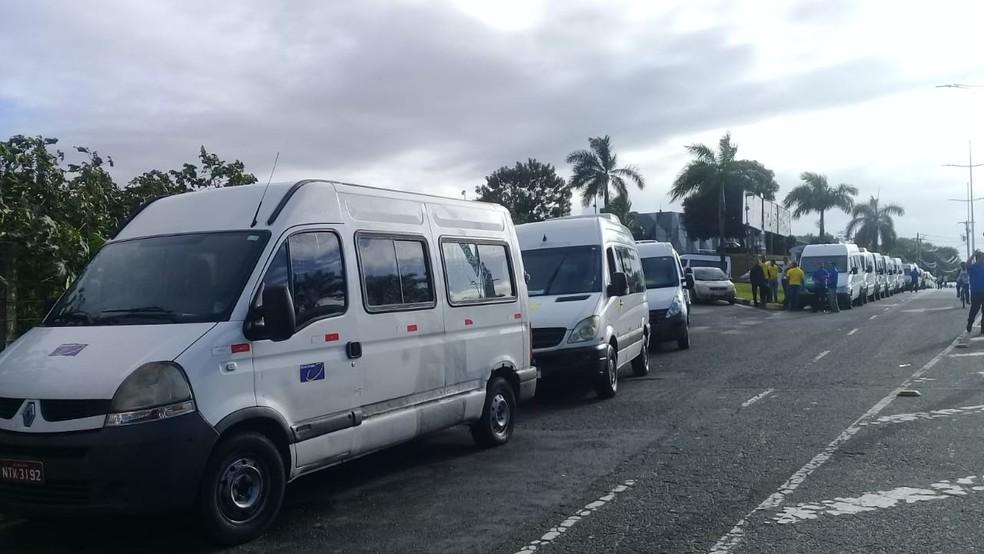 Vans antes da carreata na manhã desta segunda-feira (22), na Avenida Paralela, em Salvador  — Foto: Cid Vaz/TV Bahia