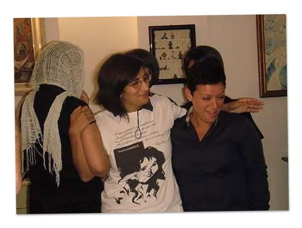 Piera Aiello (de costas e com um lenço cobrindo o rosto), na companhia de Nadia Furnari (no meio) e outra amiga — Foto: Nadia Furnari via BBC