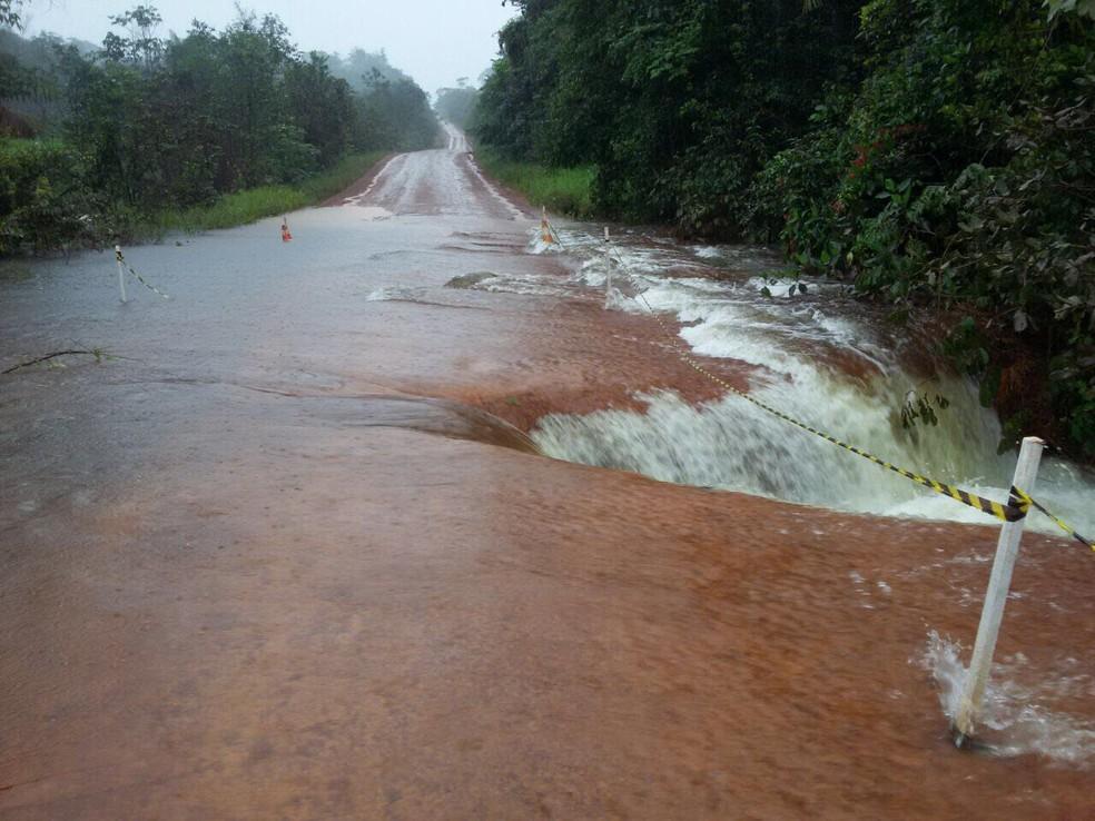 Trecho de acesso a Oiapoque tomado pela água  — Foto: Divulgação/Dnit
