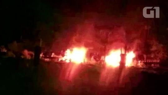 3 caminhões que transportavam madeira são incendiados em RO