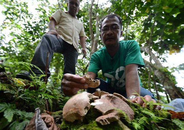 Em alguns dos caixões, que chegam a medir seis metros de comprimento, foram encontrados restos mortais, como mandíbulas. (Foto: Ted Aljibe/AFP)