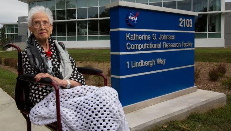Matemática Katherine G. Johnson em frente ao centro que leva seu nome.  (Foto: NASA)