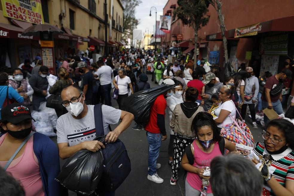 População do México em rua de comércio em meio à pandemia do coronavírus — Foto: Rebecca Blackwell/AP
