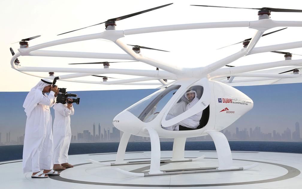 O príncipe de Dubai, Sheikh Hamdan bin Mohammed é visto dentro de um táxi-drone durante exibição em Dubai, nos Emirados Árabes Unidos, na segunda-feira (25) — Foto: Reuters/Satish Kumar