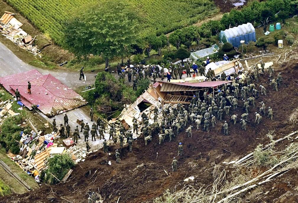Agentes da Defesa do Japão procuram por sobreviventes em região em que houve deslizamento de terra após o terremoto de quinta, na ilha de Hokkaido (Foto: Kyodo/via Reuters)
