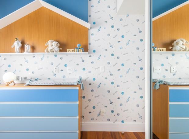 Gabriela fez um painel azul que sai atrás da cama, sobe no teto e vira na outra parede, servindo como apoio de enfeites e brinquedos. (Foto: Fernando Crescenti/Divulgação)
