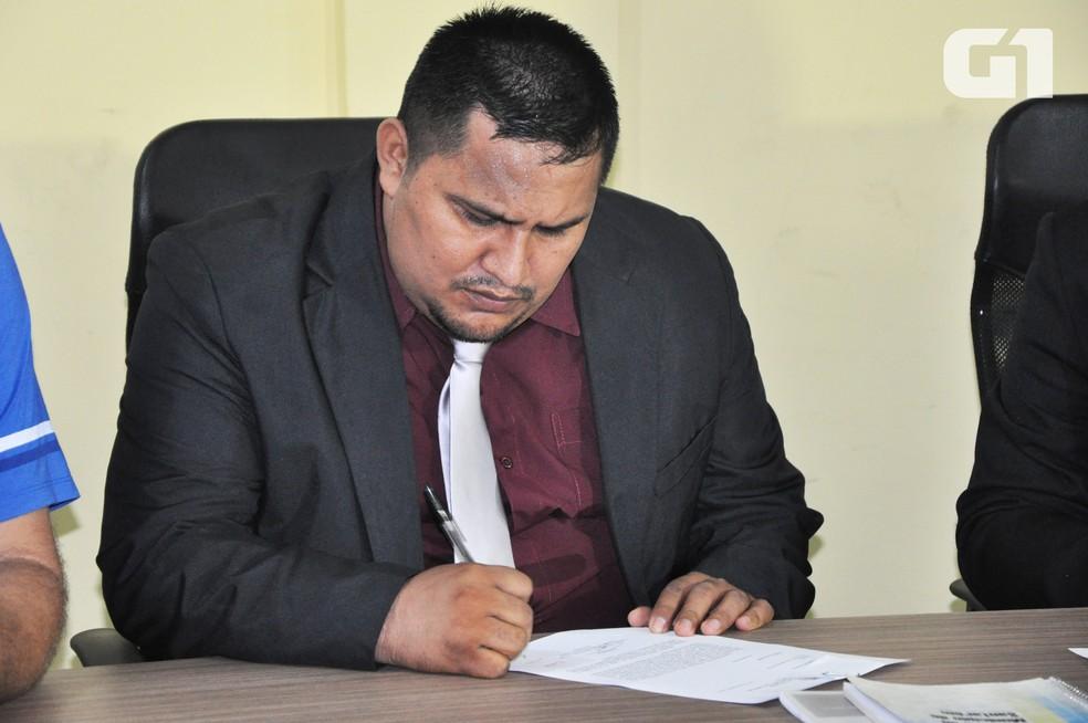 -  Yanglyer Glay Santos Mattos, o Mano Dadai  PRTB , durante assinatura do termo de posse  Foto: Adonias Silva/G1