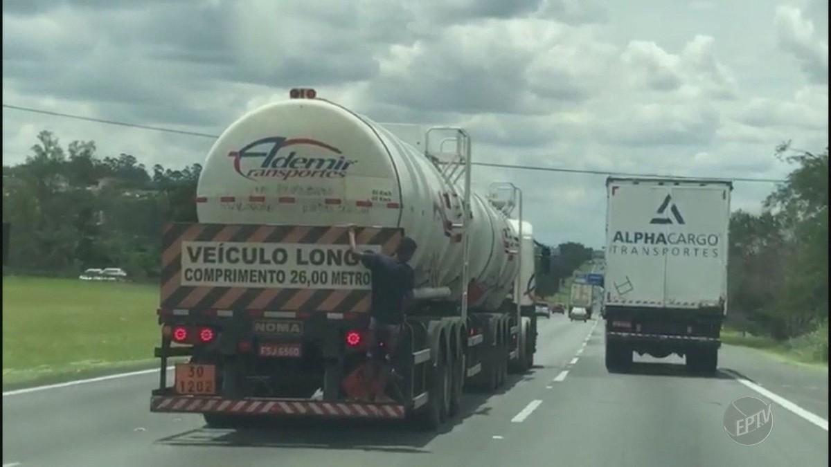 Vídeo mostra homem pegando 'carona' em parachoque de caminhão-tanque na Bandeirantes