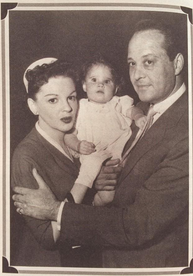 Lorna Luft com os pais Judy Garland e Sidney Luft (Foto: Getty Images)