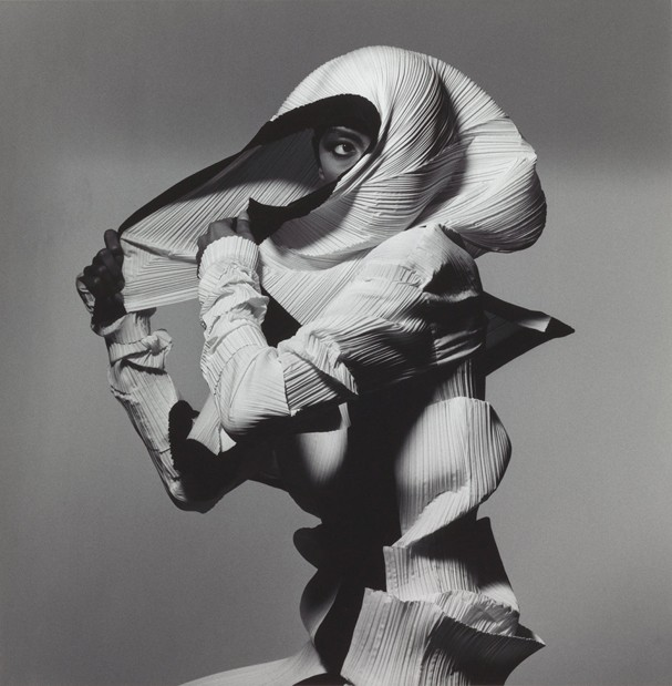 """Issey Miyake Fashion: White and Black"", Nova York, 1990 (Foto: Divulgação / The Irving Penn Foundation)"