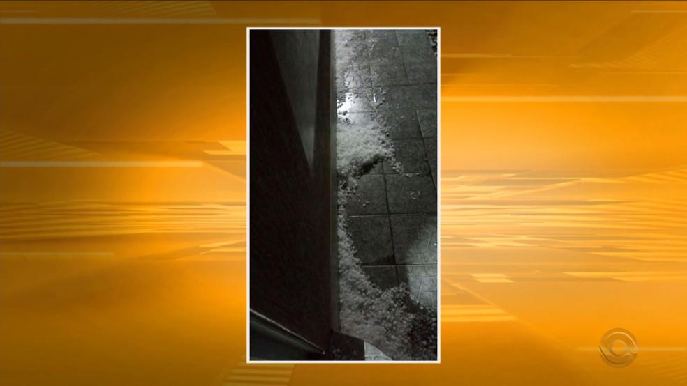 Mais de 20 cidades tiveram granizo na noite de terça em SC (Foto: Reprodução/RBS TV)
