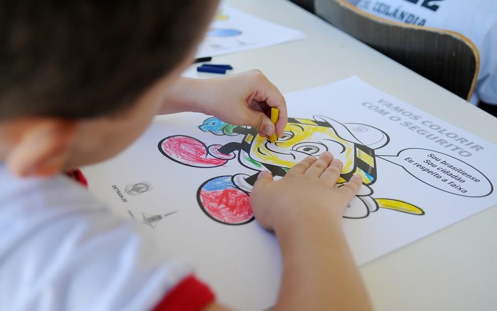 Estudante de escola pública usa giz de cera para colorir desenho — Foto: Pedro Ventura/Agência Brasília