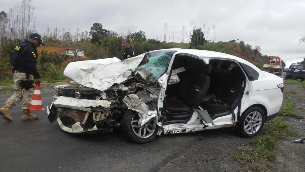 De acordo com a polícia, uma ultrapassagem forçada ocasionou o acidente.  — Foto: Liberdade News