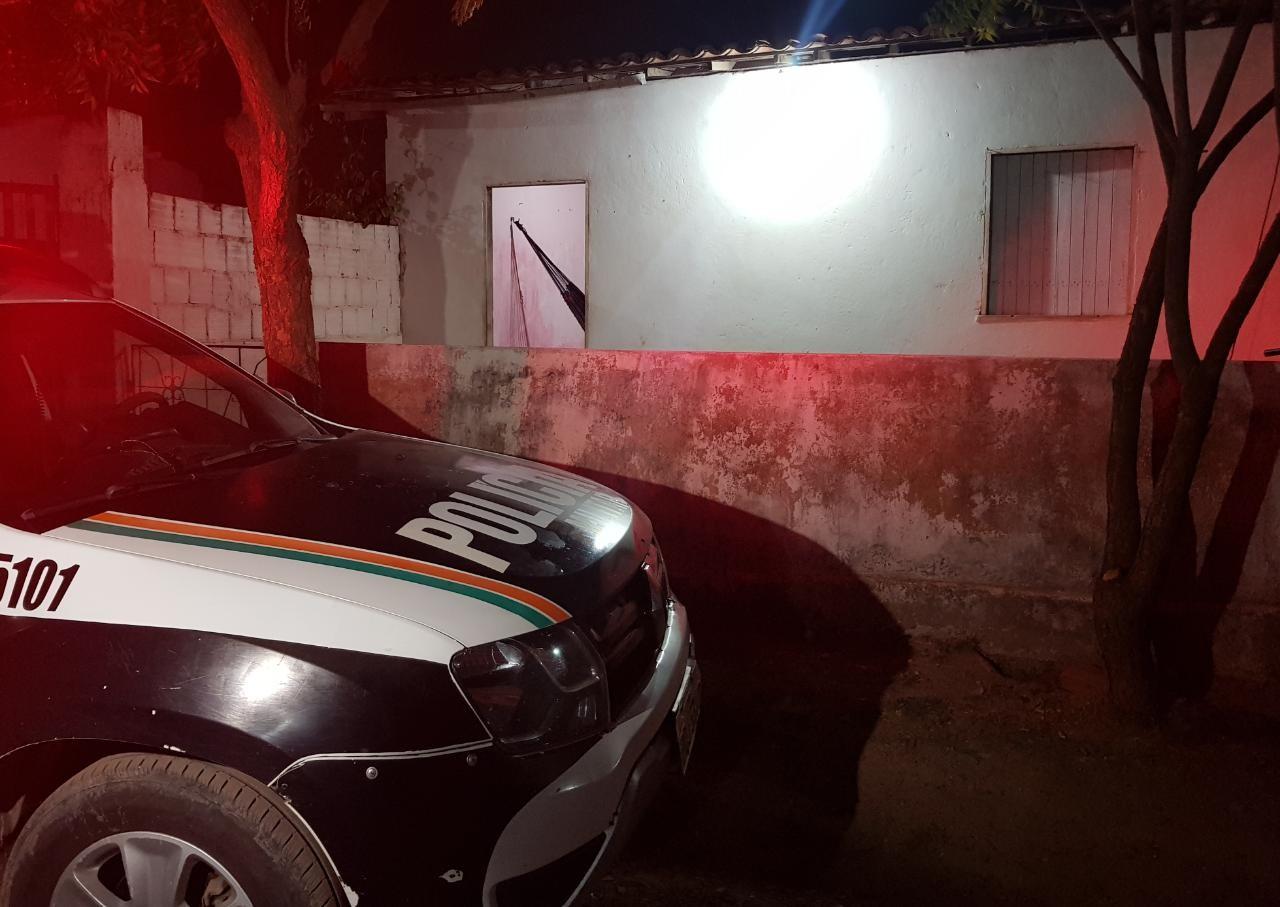 Mulher tem casa invadida por suspeitos e é morta a tiros deitada dentro de rede na Grande Fortaleza