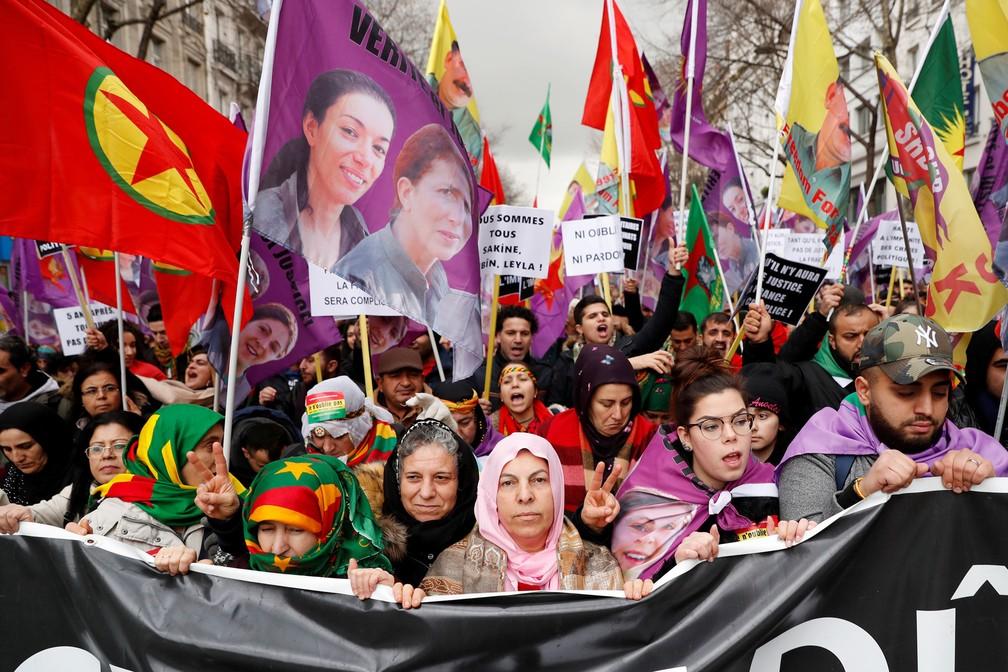 6 de janeiro - Manifestantes pró-curdos participam de protesto contra a visita do presidente turco a Paris e para impulsionar as autoridades francesas a encontrar os responsáveis pelo assassinato de três ativistas curdos, em Paris, na França (Foto: Gonzalo Fuentes/Reuters)
