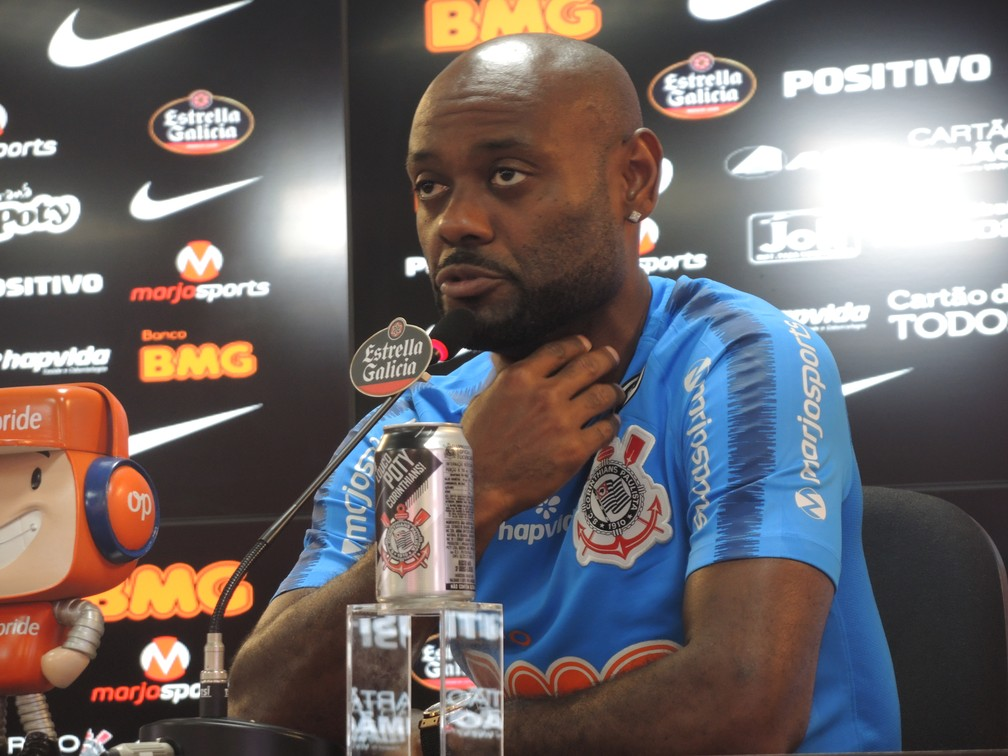 Vagner Love em entrevista coletiva no CT do Corinthians — Foto: Marcelo Braga