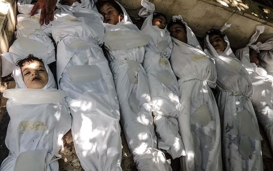 Crianças mortas, supostamente por gases que afetam os nervos, após um ataque em Ghouta, perto de Damasco, em 21 de agosto de 2013 (Foto: NURPHOTO/CORBIS/GETTY IMAGES)