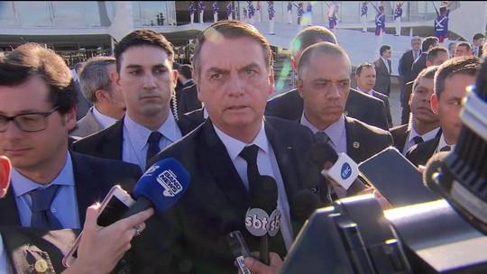 Bolsonaro participa de hasteamento de bandeira no Planalto
