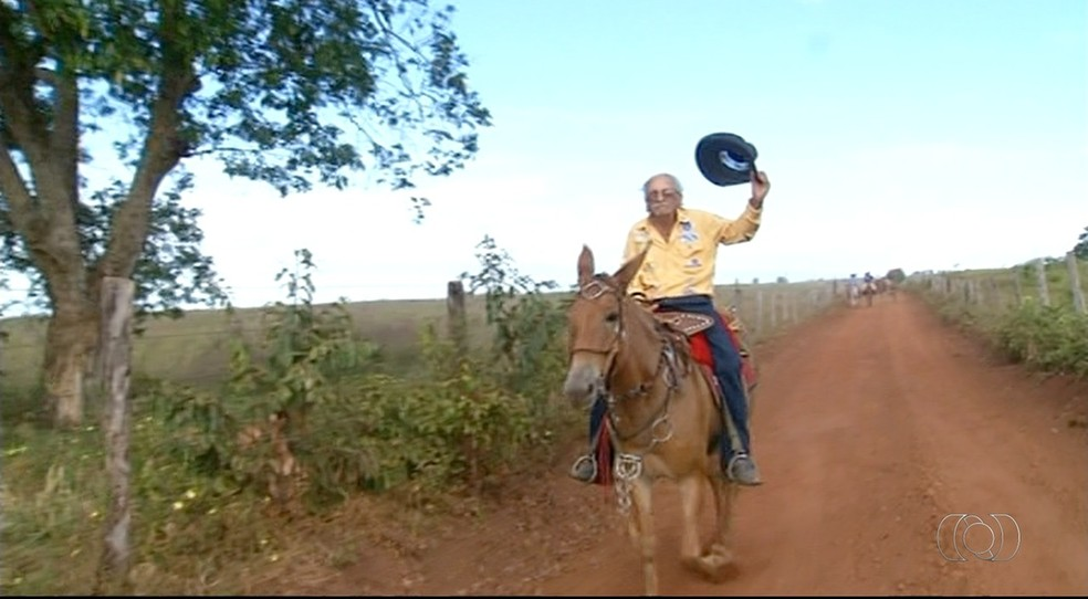 Aos 82 anos, João Tana não perde uma tropeada (Foto: Reprodução/TV Anhanguera)