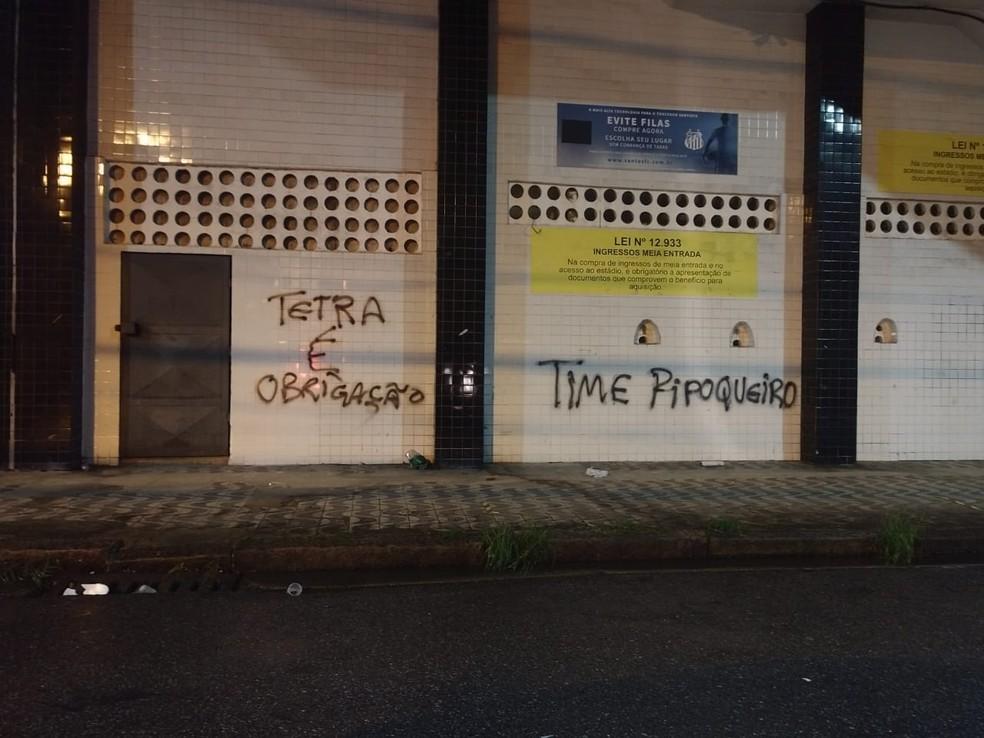 Las paredes de Vila Belmiro son pintadas tras la derrota del Santos - Foto: Bruno Rios / ATribuna.com.br