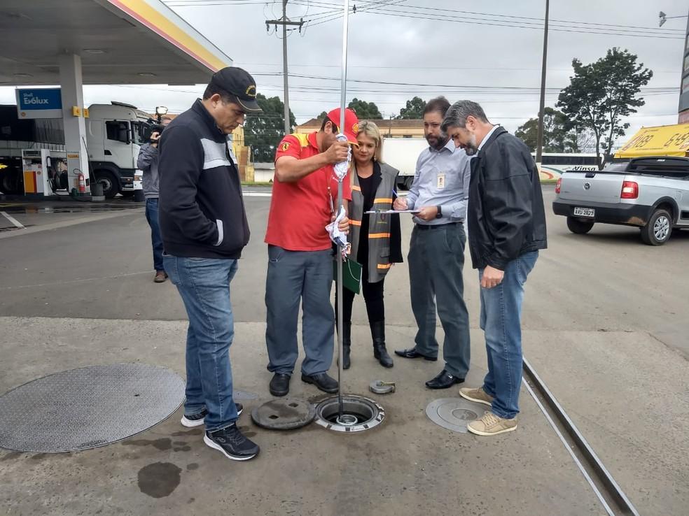 Auditores fizeram medições em tanques de combustíveis para checar estoques de postos — Foto: André Salamucha/RPC