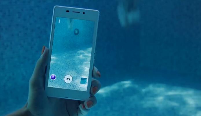 Xperia M2 Aqua pode ser mergulhado em até 1,5 metros por 30 minutos (Foto: Divulgação/Sony)