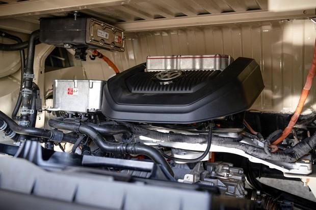 O motor elétrico foi instalado no mesmo compartimento do boxer refrigerado a ar original (Foto: Divulgação)