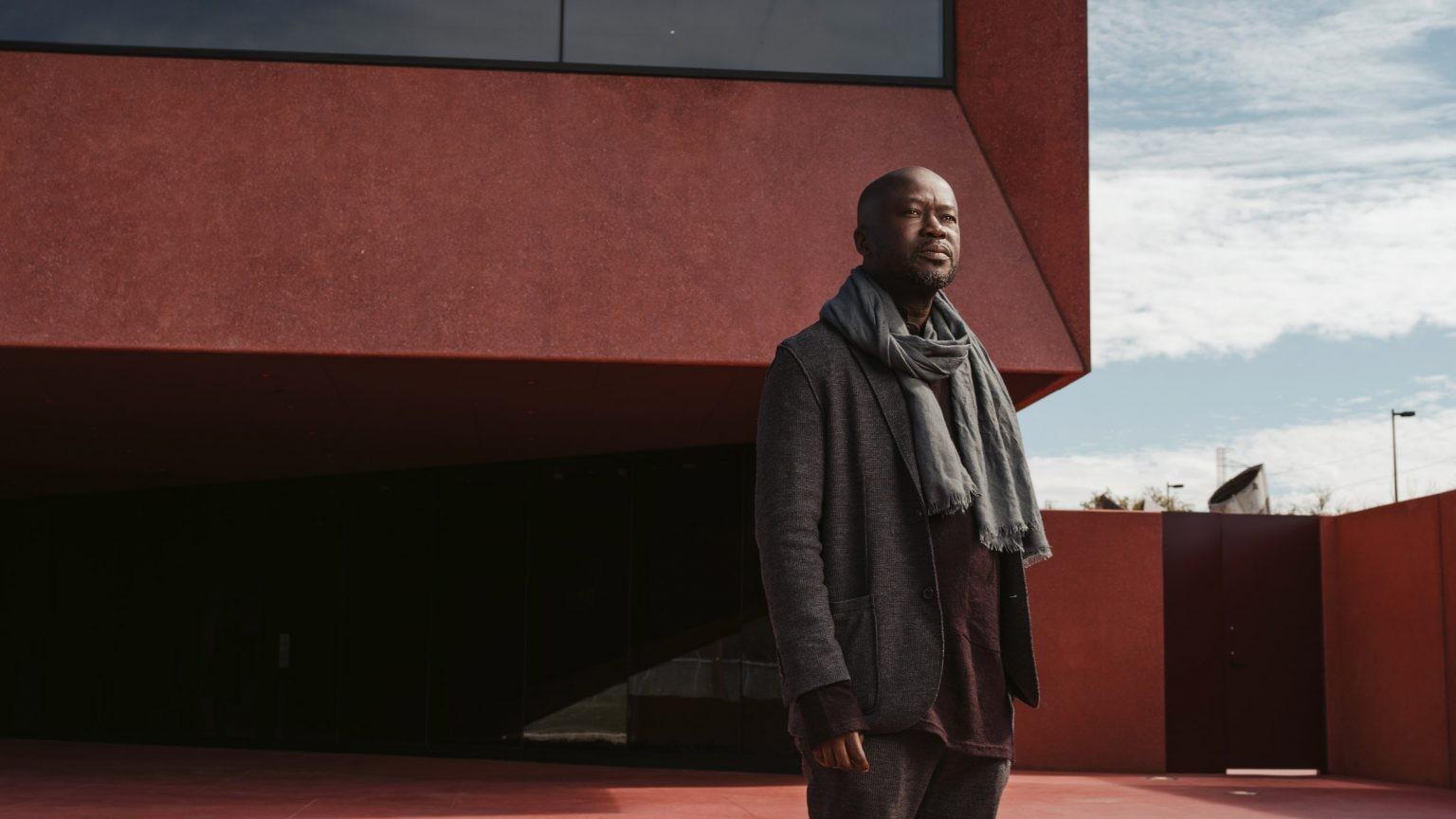 O arquiteto britânico-ganês é o 1º preto a conquistar medalha de ouro no prêmio do RIBA (Foto: Reprodução / Josh Huskin)