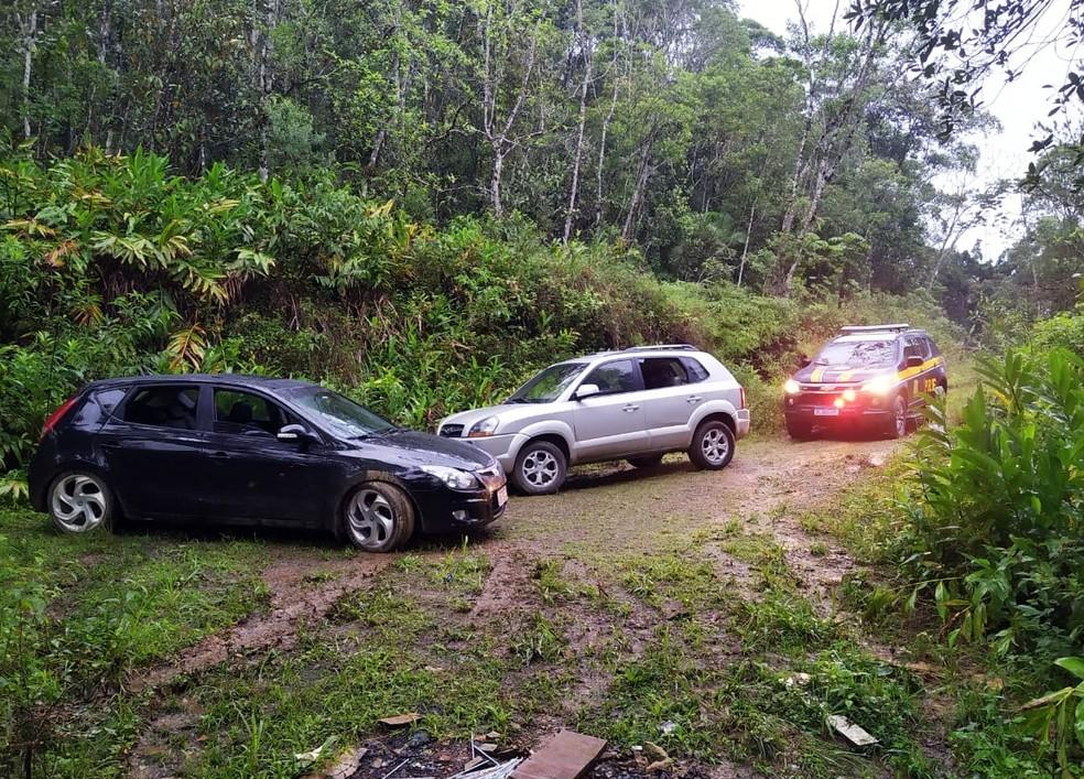 Veículos foram encontrados em sítio abandonado — Foto: PRF/Reprodução