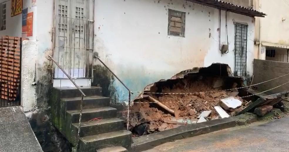 Parte de casa desabou no bairro de Dois Unidos, no Recife, nesta quinta-feira (13) — Foto: Ronan Tardin/TV Globo