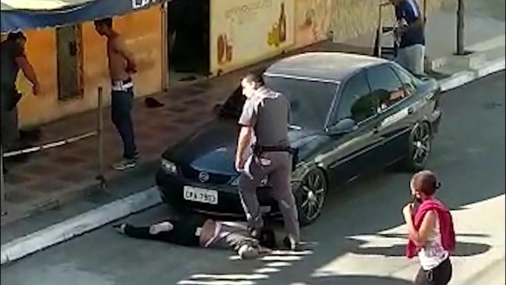 PM pisa no pescoço de mulher negra para imobilizá-la em Parelheiros, na Zona Sul de SP — Foto: Reprodução TV Globo