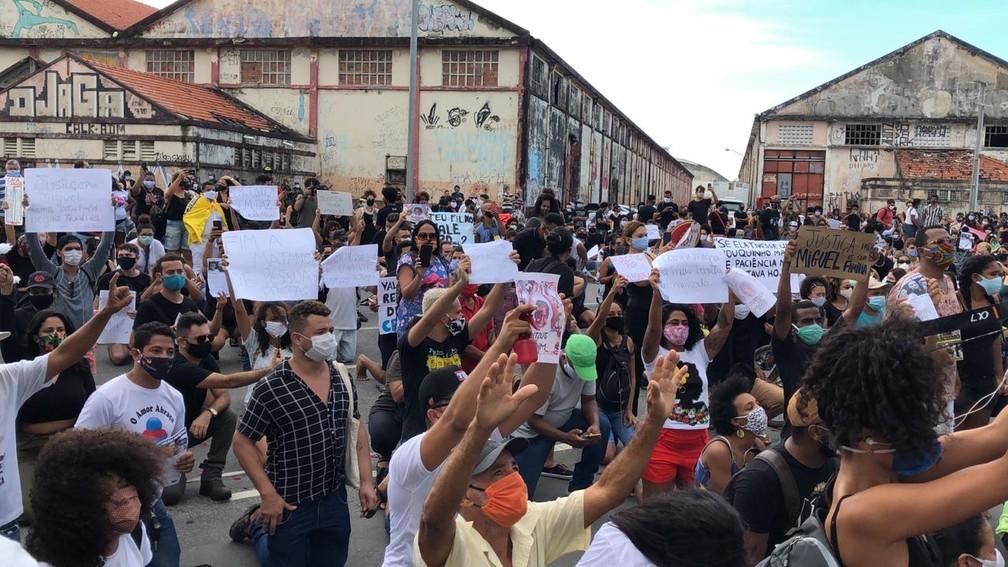 Manifestantes levaram cartazes para pedir Justiça pelo garoto Miguel Otávio, que caiu de um dos prédios das Torres Gêmeas — Foto: Pedro Alves/G1