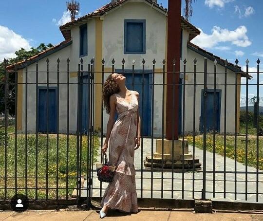 Barbara Fialho em frente à igreja escolhida em clique de janeiro de 2019 (Foto: Reprodução/Instagram)